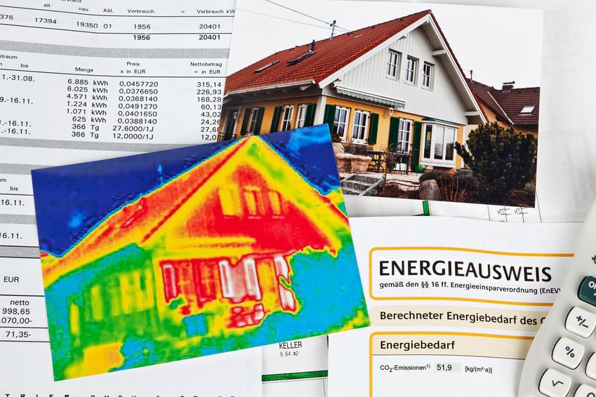 Energie sparen durch Wärmedämmung. Haus mit Wärmebild Kamera fotografiert.
